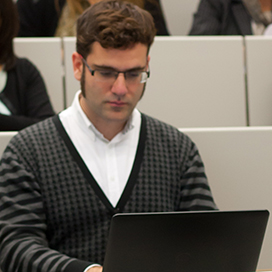 Samuel Negredo in full liveblogging action. Picture taken by M. Castells (University of Navarra photography Service) in the XXX CICOM Media Conference, november 2015.